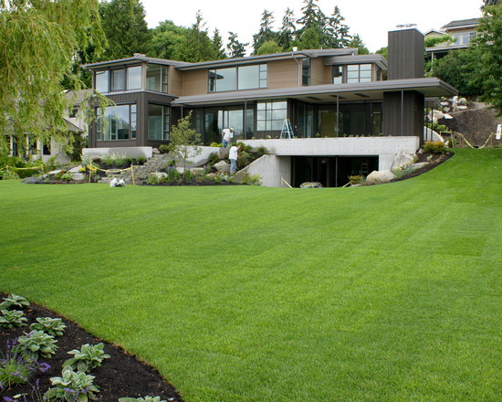 Beautiful green lawn lake home landscape modern house for Modern house landscaping